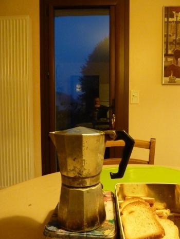 petit déjeuner,photo,blog littéraire de christian cottet-emard,matin,petit matin,potron minet,aube,crépuscule,bol,tartine,café,confiture,biscotte,petit pain,café au lait,pain grillé,christian cottet-emard,cafetière italienne,variations sur le petit déjeuner