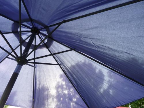 photo,parasol bleu,parasol,soleil,beaux jours,vacances,blog littéraire de christian cottet-emard,mon parasol bleu,photographie,interlude,lumière,christian cottet-emard